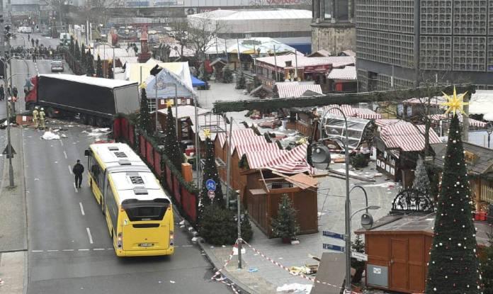 Imagen de los daños materiales causados después de que un camión (i, detrás) arrollase a los visitantes de un mercadillo navideño en el centro de Berlín.