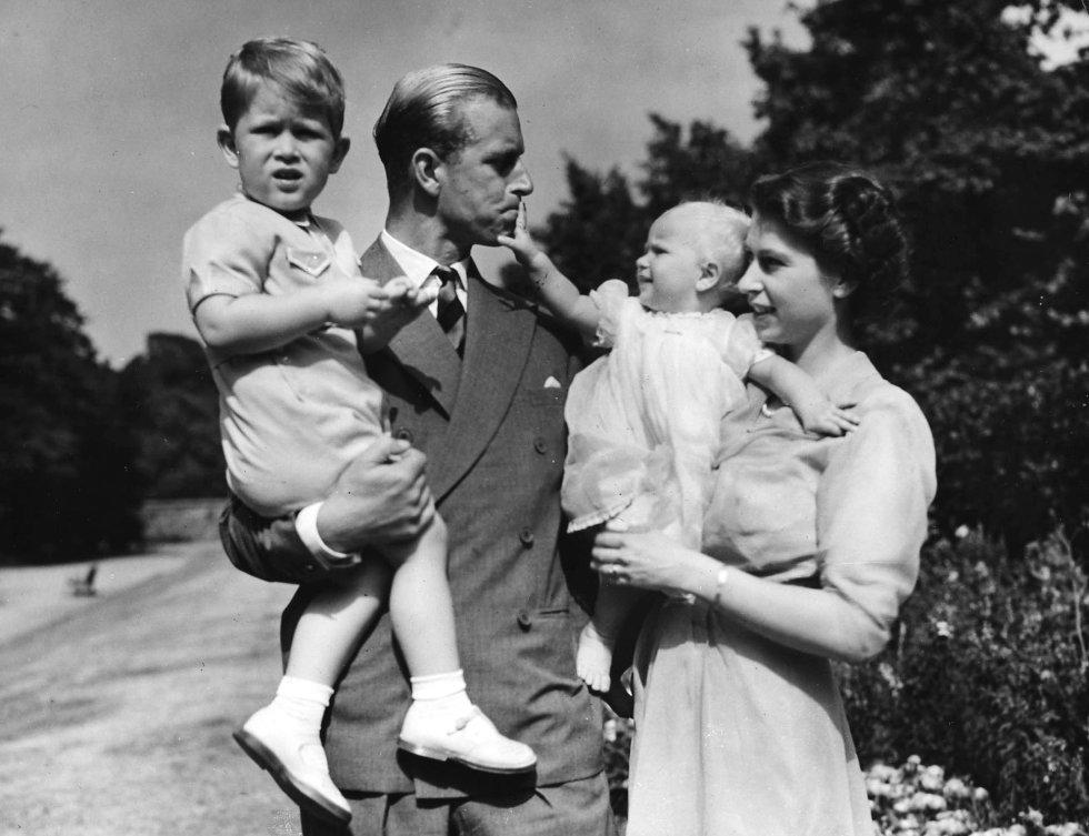La princesa Isabel II y su marido el duque de Edimburgo posan con sus hijos el príncipe Carlos y la princesa Anna en la residencia de Clarence House en agosto de 1951.