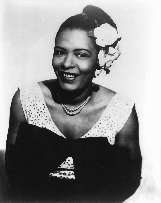 """Morreu de cirrose em um hospital do Harlem (Nova York), na primavera de 1959, aos 44 anos (tinha nascido na Filadelfia em 1915). Estava havia alguns dias em prisão domiciliar por posse de drogas (era viciada em heroína) e, ao morrer, tinha 70 centavos em sua conta corrente e 750 dólares em dinheiro vivo, que foram herdados por seu marido. A mulher que também era conhecida como Lady Day, que se tornou um mito da música popular (jazz, especialmente) do século XX, foi arruinada pelos vícios, pelo estilo de vida boêmio e pelas más companhias. Em particular, uma fraude de que foi alvo pouco antes de morrer e que consumiu suas últimas economias e os direitos autorais gerados por seu último par de discos e sua autobiografia, 'Lady sings the blues', publicada em 1956. Lily Rothman, redatora da 'Time', escrevia no aniversário de sua morte que Billie """"antes de morrer, teria preferido gastar aqueles 750 dólares com álcool, heroína ou em uma última farra com os amigos, porque sua filosofia era não guardar nada para amanhã"""". Nunca quis ser a mais rica do cemitério. Na imagem, Billie Holiday em 1950."""
