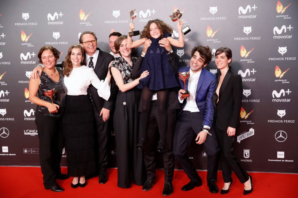 El equipo de la película 'Verano 1993' posa con lo distintos premios conseguidos, entre ellos a la Mejor Película Dramática.