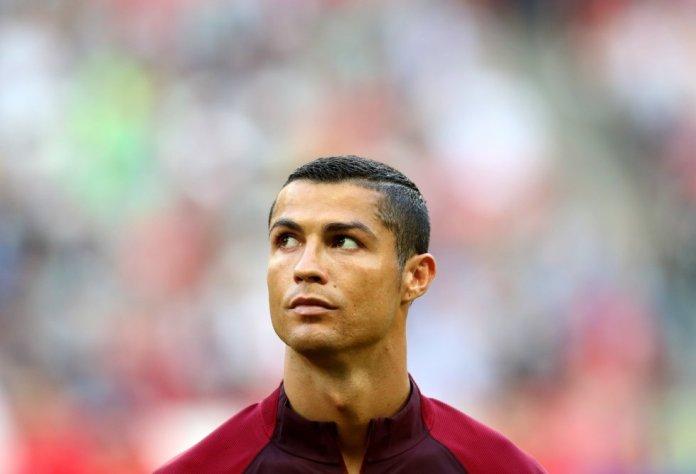 Cristiano Ronaldo dos Santos Aveiro (Funchal, 1985), empezó a jugar al fútbol de pequeño, y a los 10 años ya empezaron a interesarse por él los clubs más importantes. Poco podía imaginarse ese niño que aspiraba a ser estrella que acabaría convirtiéndose en uno de los mejores jugadores del mundo.