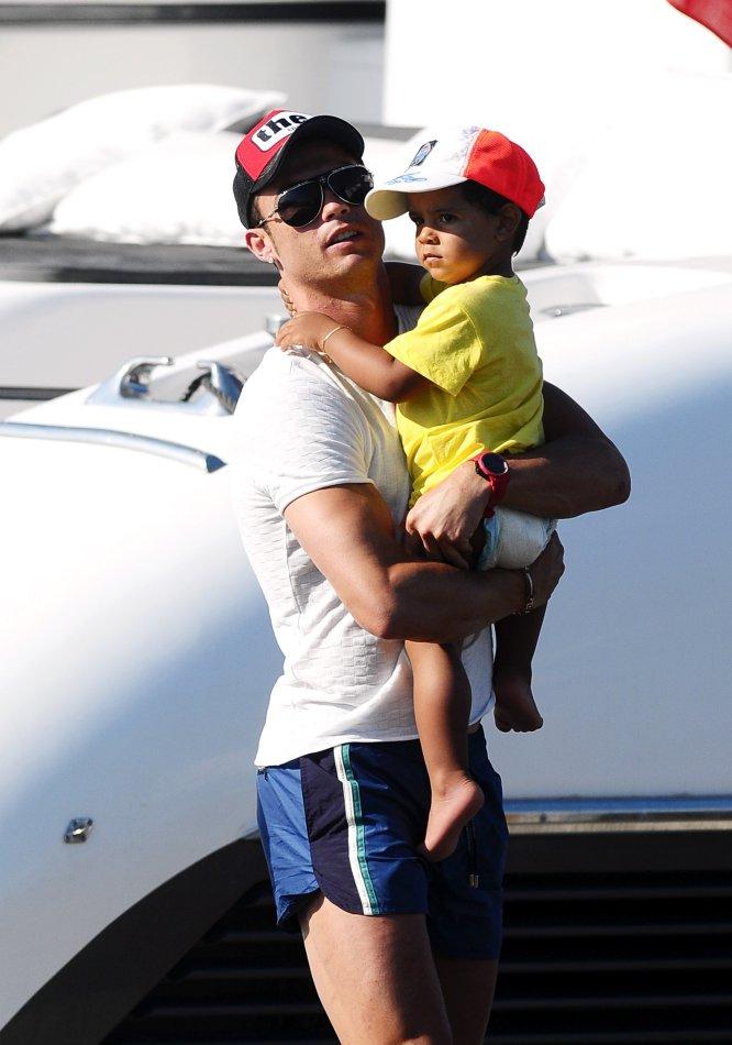 En julio de 2010, Cristiano Ronaldo anunciaba a través de sus redes sociales que había sido padre de un niño. El futbolista informó que se había acordado mantener la identidad de la madre en secreto y que el niño quedaba bajo su tutela. Más tarde se confirmó que Cristiano Jr nació mediante la gestación subrogada. En la imagen, padre e hijo en el verano de 2012.