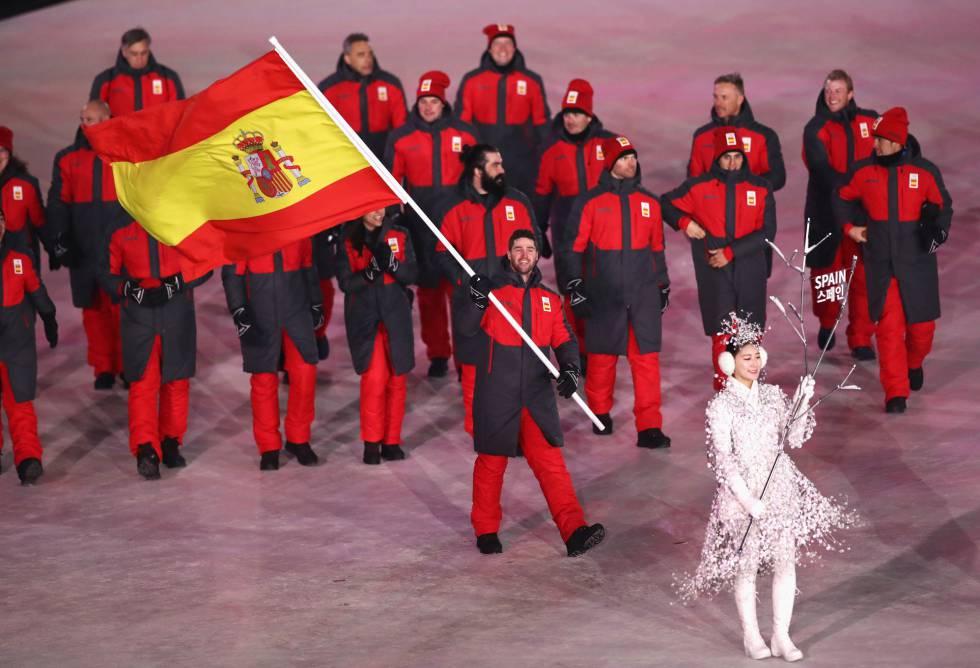 La delegación española, con Lucas Eguibar como abanderado, desfila en la ceremonia de inauguración de los Juegos Olímpicos de PyeongChang 2018, el 9 de febrero de 2018.
