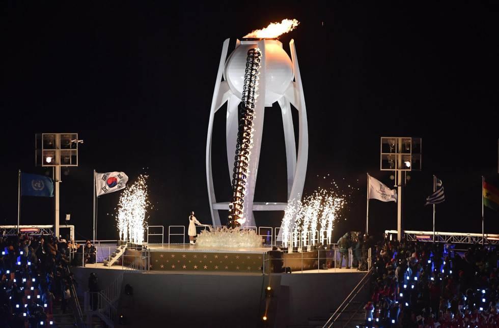 La antorcha olímpica enciende el pebetero, dando comienzo a los Juegos Olímpicos de Invierno 2018 en el estadio de Pyeongchang, el 9 de febrero de 2018.