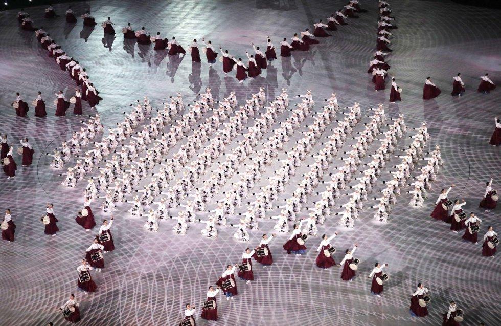 Artistas crean formas geométricas durante una actuación en la ceremonia de inauguración de los Juegos Olímpicos de Invierno 2018 en el estadio olímpico de PyeongChang, el 9 de febrero de 2018.