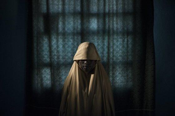 """Aisha, 14, foi sequestrada pelo grupo terrorista Boko Haram e forçada a participar de uma missão suicida. Depois de ser amarrada com cintos explosivos, Aisha obteve ajuda e conseguiu evitar sua morte e uma catástrofe. Imagem tirada em 21 de setembro de 2017 em Maiduguri, no estado de Borno (Nigéria). Foto indicada na categoria """"Foto do Ano"""", feita pelo fotógrafo australiano Adam Ferguson para o New York Times."""