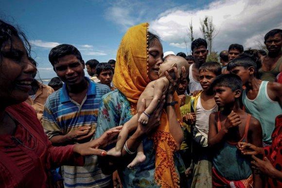 Hamida, uma refugiada rohingya, chora enquanto segura seu filho de 40 dias, que morreu quando o barco em que viajavam virou antes de chegar à costa de Shah Porir Dwip, Teknaf, (Bangladesh), em 14 de setembro de 2017.