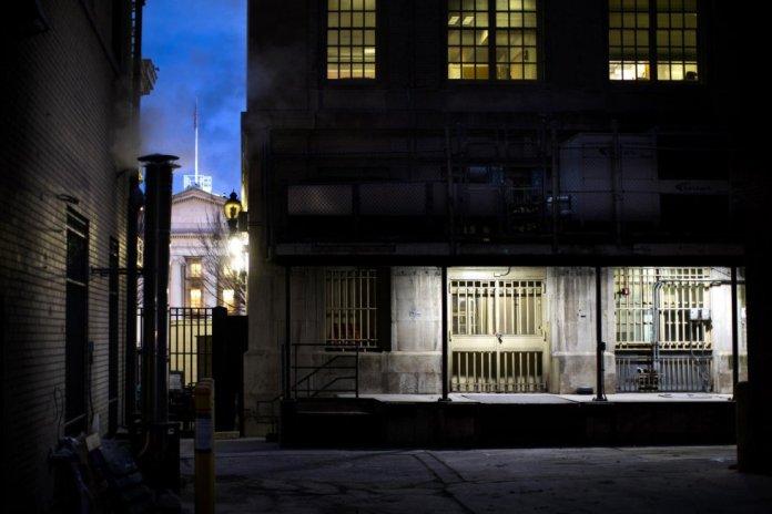 Una salida blindada de la Casa Blanca en la parte posterior del complejo del Tesoro, ahora conocido como Freedman's Bank, en Washington DC. El banco se conecta con la Casa Blanca a través de dos túneles.