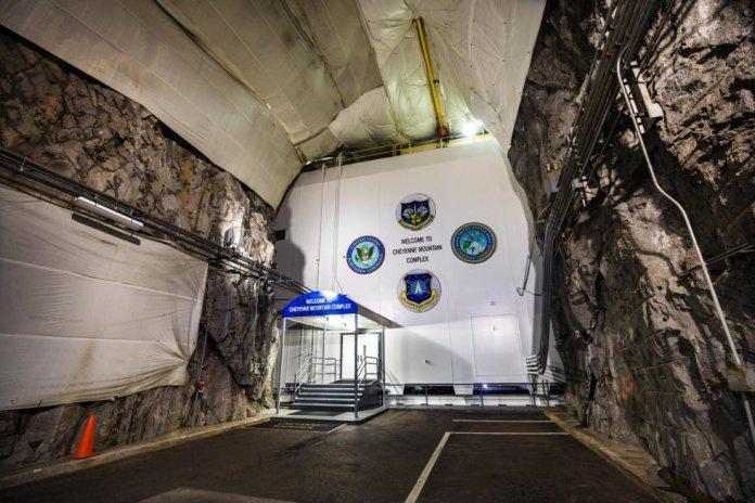 Una de las entradas al Comando de Defensa Aeroespacial de América del Norte (NORAD). Más de 300 personas trabajan dentro de la montaña Cheyenne, a la que acceden a través de un túnel de 3,2 kilómetros de largo y dos puertas blindadas de 23 toneladas.