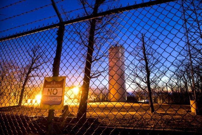 Una torre de comunicaciones y un búnker conocidos con el nombre clave 'Corkscrew', encima de Lamb's Knoll cerca de Park Hall, Maryland.