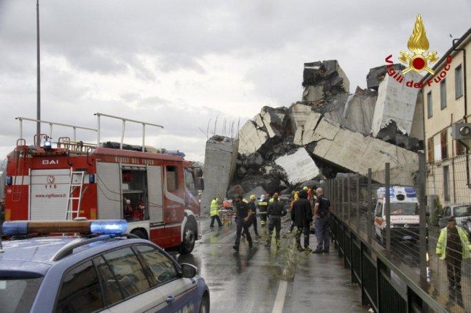 Trabajos de rescate de los bomberos entre los escombros del puente colapsado.
