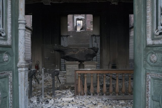 El meteorito Bendegó, una de las piezas más importantes del museo, se ve calcinado entre los escomrbos del edificio. El inmueble constituye la institución histórica y cultural más antigua del país.