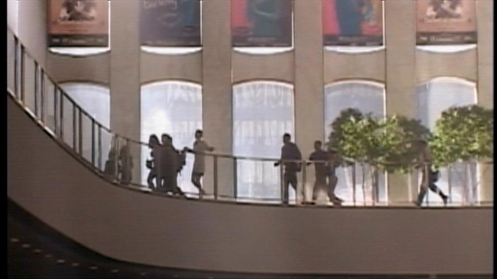 Varios trabajadores que se encontraban en la Torre Norte corren para ponerse a salvo tras el impacto de un avión, el 11 de septiembre de 2001, en Nueva York.