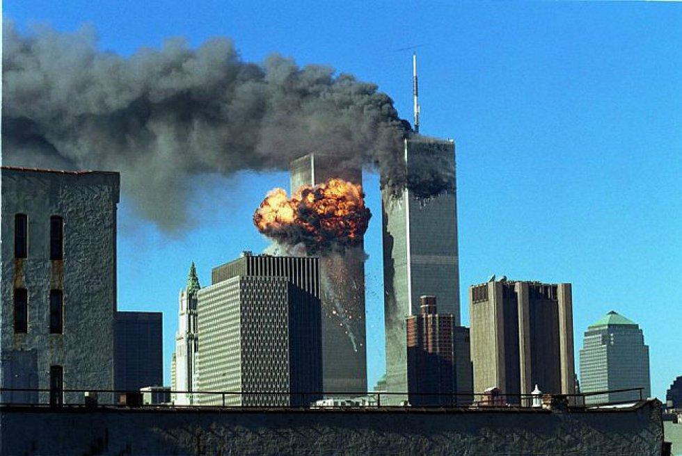 Un avión de American Airlines penetra a las 8.46 hora local entre los pisos 93 y 99 de la Torre Norte. A los 17 minutos se produce el segundo ataque, con un avión de United Airlines que impactó entre los pisos 77 y 85 de la Torre Sur. En la imagen, el humo se eleva de las Torres Gemelas tras los impactos.