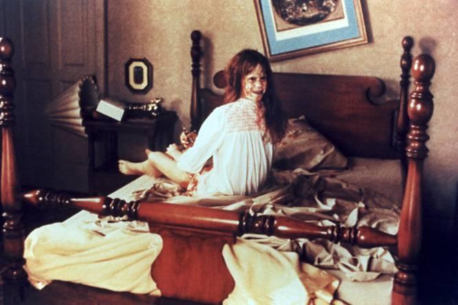 """De qué va.  Adaptación de la novela de William Peter Blatty, basada en un exorcismo real de 1949, en el que un cura intenta ayudar a una adolescente poseída por el diablo.    La polémica.  Aún hoy día, El exorcista (1973) contiene algunas de las escenas más perturbadoras jamás rodadas, como aquella en la que Regan (Linda Blair) se masturba con un crucifijo delante de su sufrida madre (Ellen Burstyn), o grita al cura lindezas como """"méteme la polla por el culo maldito puerco degenerado"""". Todo por culpa de Pazuzu, que nunca se nombra pero cuya imagen diabólica aparece de forma subliminal en varios fotogramas. La considerada mejor película de terror de la historia, fue en su época una cinta malvada y satánica, """"porno religioso"""". El filme de William Friedkin disparó todo tipo de bulos, como que Linda Blair sufrió una enfermedad mental fruto de una posesión demoniaca. Ellen Burstyn, cuyas caídas son reales hasta el punto de ser hospitalizada, confesó que la película estaba maldecida (al menos hubo nueve accidentes durante el rodaje)."""