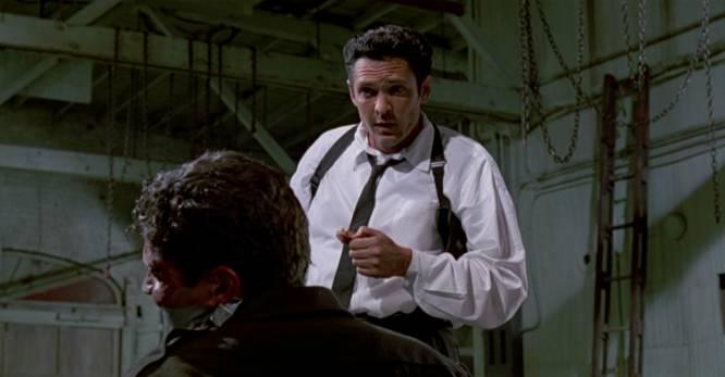De qué va.  El atraco a un banco por parte de una banda de criminales no saldrá como ellos esperaban.    La polémica.  Del alabado debut de Quentin Tarantino es imposible olvidar la charla sobre Madonna, el estilismo de los elegantes 'gangsters' y la sádica escena del señor Blonde (Michael Madsen) rebanándole la oreja a un policía a ritmo de 'Stuck in the middle with you'. Película de culto después, en su estreno 'Reservoir dogs' (1992) se criticó porque, efectivamente, ensalzaba la violencia. Hasta Wes Craven, se cuenta, abandonó la sala de un cine durante su proyección. Leyenda o realidad, lo cierto es que el director novato pudo haber sido más explícito, pues eliminó un par de escenas alternativas, con ángulos diferentes del corte de la oreja: uno de ellos era incluso mucho más gráfico. En los extras del dvd, se explica cómo Michael Madsen lo pasó realmente mal con la escena. Kirk Baltz, el policía, improvisó la idea de tener un hijo y Madsen se negó a continuar porque había sido padre recientemente. Baltz le propuso meterle en el maletero y recorrer la ciudad como si lo llevara secuestrado de verdad. A Madsen eso le facilitó meterse en el papel, hasta tal punto que condujo por baches y paró en un Taco Bell donde compró una bebida. Ese refresco es el que aparece en la escena.
