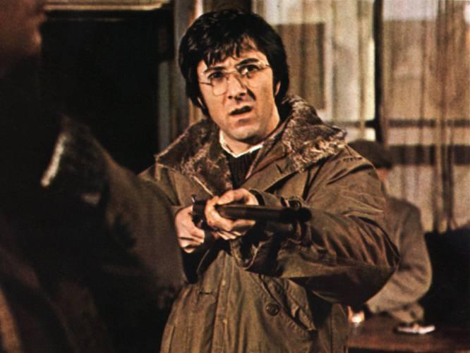 De qué va.  Basada en la novela de Gordon M. Williams, un tímido profesor (Dustin Hoffman) se muda con su mujer (Susan George) a la aldea inglesa donde ella nació. Lo peor no es el aburrimiento: son los agresivos paletos del pueblo.    La polémica.  Una única escena, la de la violación de la esposa por parte de un exnovio y un lugareño, provocó ríos de tinta en 1971. La censura hizo el efecto contrario, pues tras la tijera parecía que la víctima disfrutara del asalto. Podría haber sido peor. A diferencia de Bertolucci, Sam Peckinpah no pudo engañar a Susan George. Aunque en principio pretendió ocultarle cómo se rodaría la escena, ella presionó. Cuando el director le dijo que la mujer sería violada y después sodomizada, ella se negó a rodarla y amenazó con renunciar. Finalmente aceptó con una condición: que se mostrara el trauma centrándose en la cara y no en el cuerpo. El escritor (Gordon M. Williams), molesto por la adaptación, prometió no vender los derechos de ninguna de sus obras a un estadounidense. También mostró enfado Dustin Hoffman, para nada fan de las películas violentas, que explicó haber aceptado el papel por dinero. La edición en video de 'Perros de paja' en China estuvo prohibida hasta 2002.