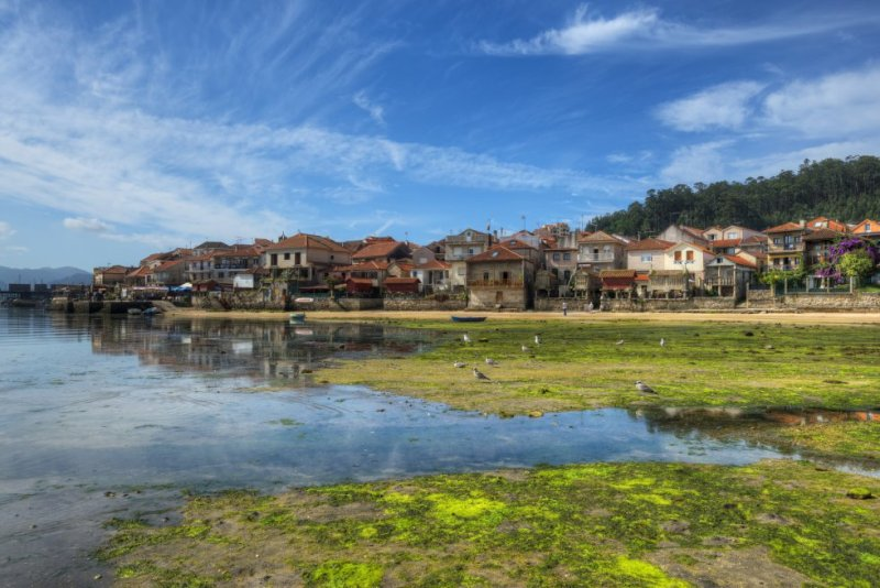 The town of Combarro, located around seven kilometers from Pontevedra, is like something from a picture postcard, with its 30 hórreos, or elevated granaries, lined up along the estuary. This fishing town has been declared a site of cultural interest. More information: turismo.gal