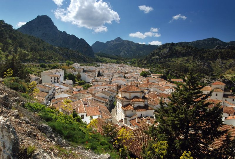 Nestled in the heart of the Sierra de Grazalema natural park, the architectural jewel of this picturesque white village is the baroque-style Nuestra Señora de la Aurora church. Its town center has been declared a site of historical interest. More information: cadizturismo.com