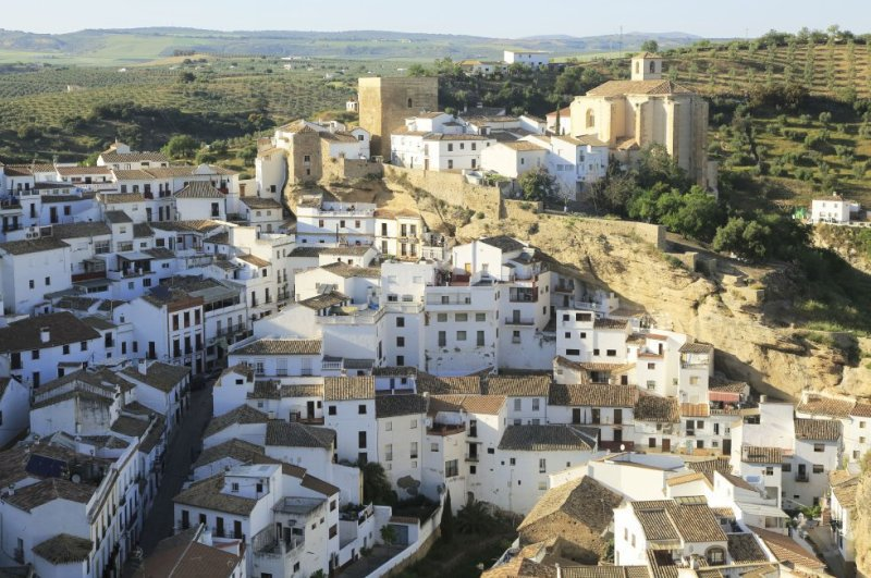 On the westernmost edge of the Subbética mountain range, there is a series of white villages that include the astounding Setenil de las Bodegas. One of its most remarkable streets is Cuevas de la Sombra, where the whitewashed houses are set inside the rock itself. More information: setenil.com