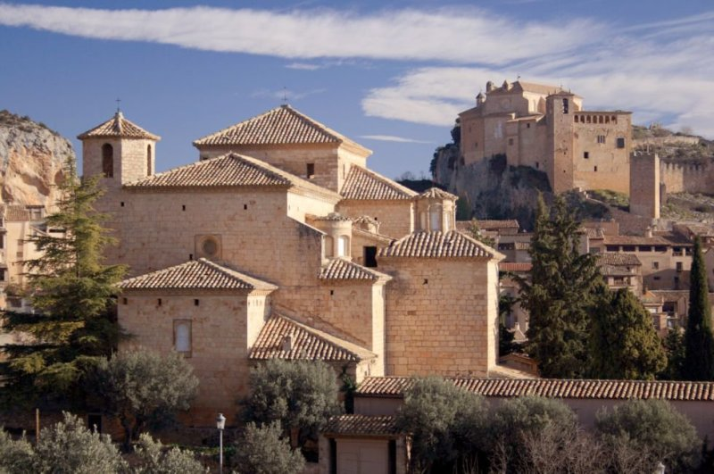 This medieval village in the Somontano demarcation, around 50 km from Huesca, on the outskirts of the Sierra natural park and the Cañones de Guara, offers a diverse cultural heritage, both historical and natural. The Collegiate Church of Santa María dates back to the 16th century, and there is a Muslim castle atop the hill. Alquézar was built over the Vero Canyon, a spectacular gorge with a series of walkways over the river. More information: turismosomontano.es