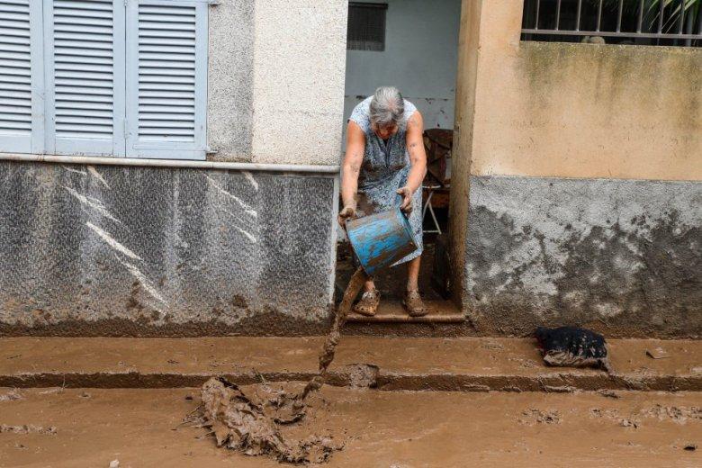 Una mujer limpia su casa tras las inundaciones y el desbordamiento de torrentes, en Sant Llorenç des Cardassar (Mallorca).