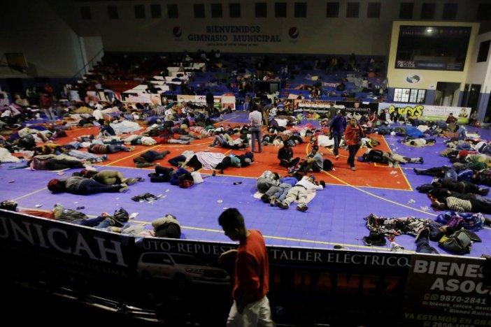 Un gran número de hondureños duerme en un polideportivo público en Santa Rosa de Copán, el 14 de octubre de 2018, en Honduras.