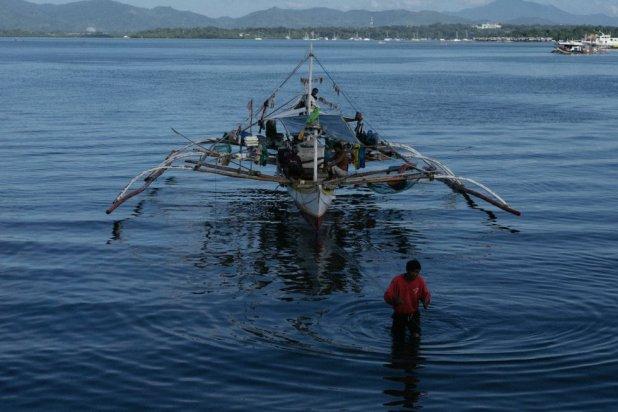 Pescadores en un banka, el barco tradicional de pescadores filipinos, en la provincia de Palawan. 120 millones de personas viven en zonas costeras en el Triángulo de Coral.