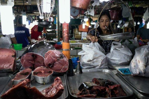 Una pescadera vende atún en el mercado de Puerto Princesa. Uno de cada cinco atunes es pescado en el Triángulo de Coral.