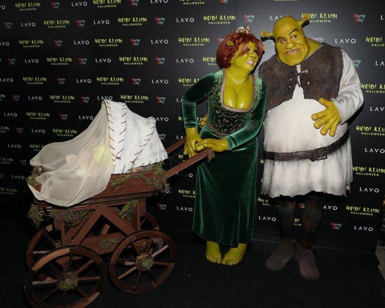 La anfitriona, Heidi Klum y su novio, el guitarrista Tom Kaulitz, disfrazados de Shrek y Fiona.
