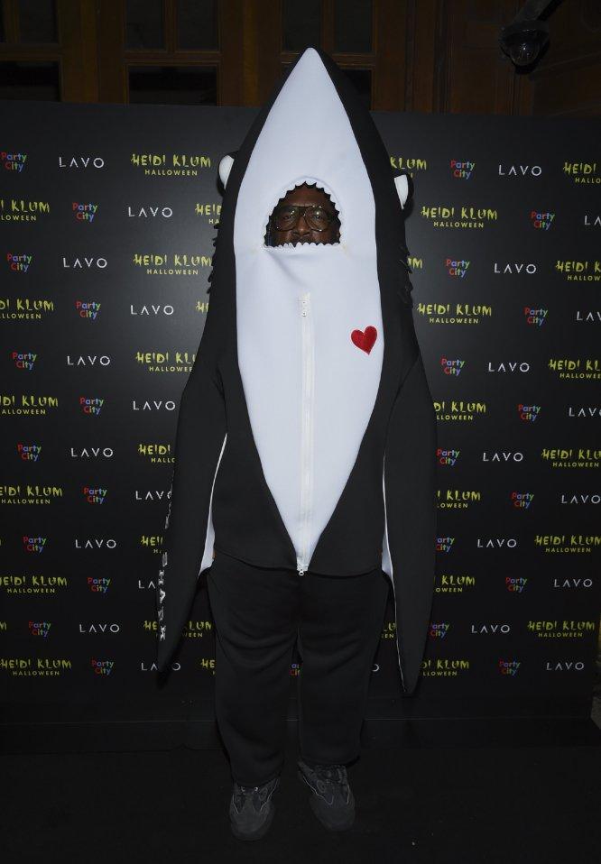 El percusionista Questlove disfrazado de tiburón.