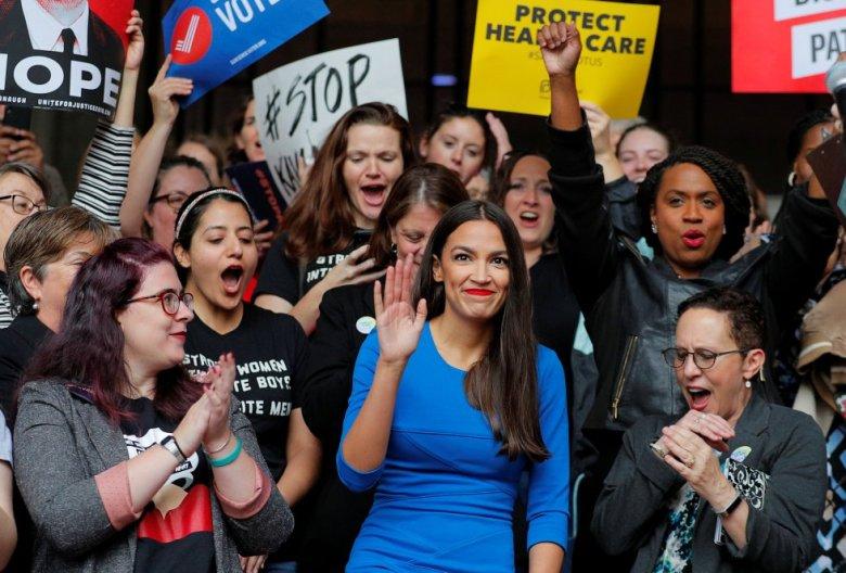 """Es la 'rockstar' demócrata de las legislativas. Atrajo todas las miradas cuando, a sus 28 años, casi sin pasado político y con un presupuesto 10 veces menor que el de su contrincante, se impuso entre las bases de su partido al poderoso Joseph Crowley, de 56 años, considerado el cuarto demócrata más influyente en la Cámara de Representantes. Esta latina del Bronx que trabajó como camarera puede convertirse en la mujer más joven de la historia en llegar al Congreso estadounidense en representación de Nueva York. Pertenece al ala más demócrata más progresista, que promete llevar a Washington un cambio """"generacional, racial e ideológico"""". Entre otras propuestas, defiende expandir el programa de salud pública a todos los ciudadanos y eliminar la agencia de deportaciones (ICE)."""