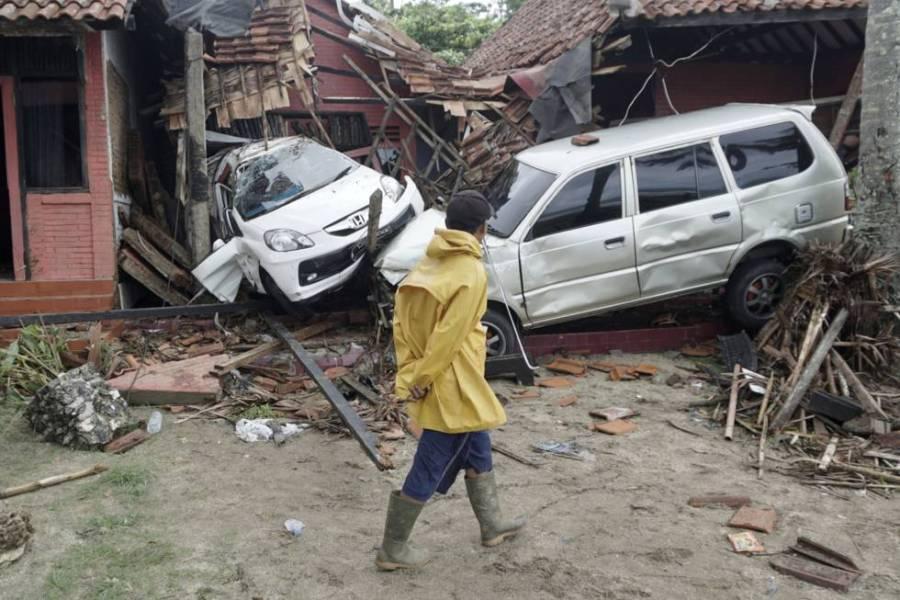 Un habitante de Carita (Indonesia), observa los daños producidos por el tsunami.