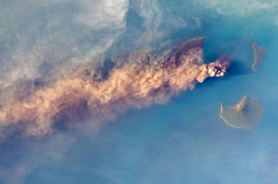 Fotografía tomada desde la Estación Espacial Internacional del volcán Krakatoa en erupción, que ha originado un tsunami y causado decenas de muertos.