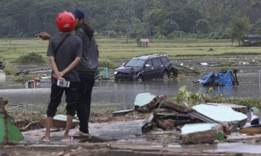 Residentes de la localidad indonesa de Carita visitan una de las zonas afectadas tras el tsunami.