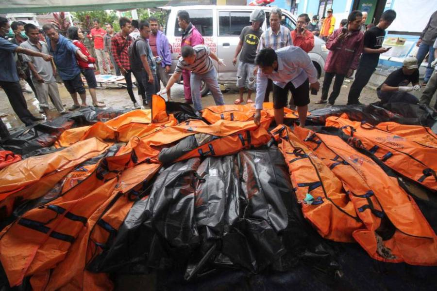 Morgue improvisada tras el tsunami en Carita (Indonesia).