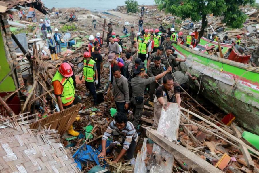 Voluntarios y personal de rescate buscan supervivientes entre los escombros en la costa de Lampung (Indonesia).