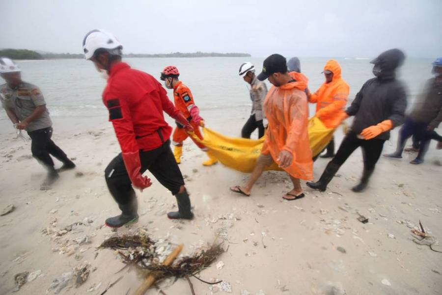 Personal de rescate recuperan el cadáver de una persona en la playa de Tanjung Lesung, en la provincia de Banten (Indonesia), el 25 de diciembre de 2018.