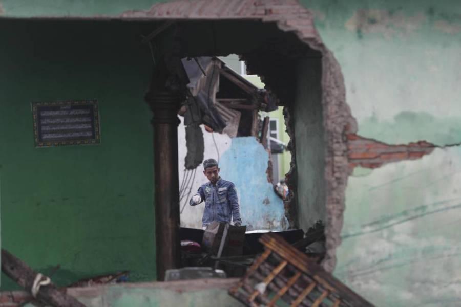Residentes entre los escombros de unas viviendas en Sumur (Indonesia), el 25 de diciembre de 2018.