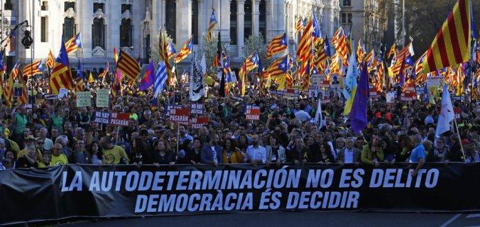 """Aspecto que mostraba la cabecera de la manifestación independentista por las calles de Madrid con el lema """"Autodeterminación no es delito. Democracia es decidir""""."""