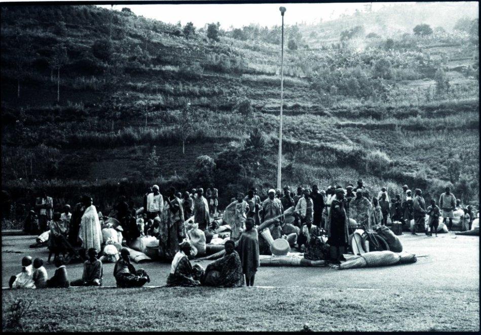 El 13 de abril de 1994, una misión quirúrgica de emergencia de MSF y CICR parte en convoy desde Bujumbura en Burundi, para llegar a Kigali, donde unos días antes había comenzado el genocidio de los tutsis ruandeses. En cuestión de horas, un orfanato se convierte en un hospital de campaña y los primeros pacientes llegan la misma noche en que llega el equipo. Los equipos de MSF se turnaron para operar en cooperación con el hospital del CICR que se convertirá en las siguientes semanas en un refugio para los supervivientes de las masacres, hasta la llegada del FPR a principios de junio.