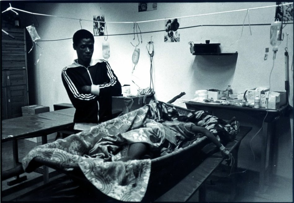 Abril de 1994. Un paciente herido y su hermano que lo acompaña llegan al hospital MSF-CICR en Kigali, capital de Ruanda. A pesar de las intensas conversaciones con el coronel a cargo del área donde se encontraba el hospital, el equipo de MSF no pudo convencerlo para que tolerara la presencia del acompañante en el hospital y tuvo que pedirle que se fuera. Fue asesinado a 100 metros del hospital.