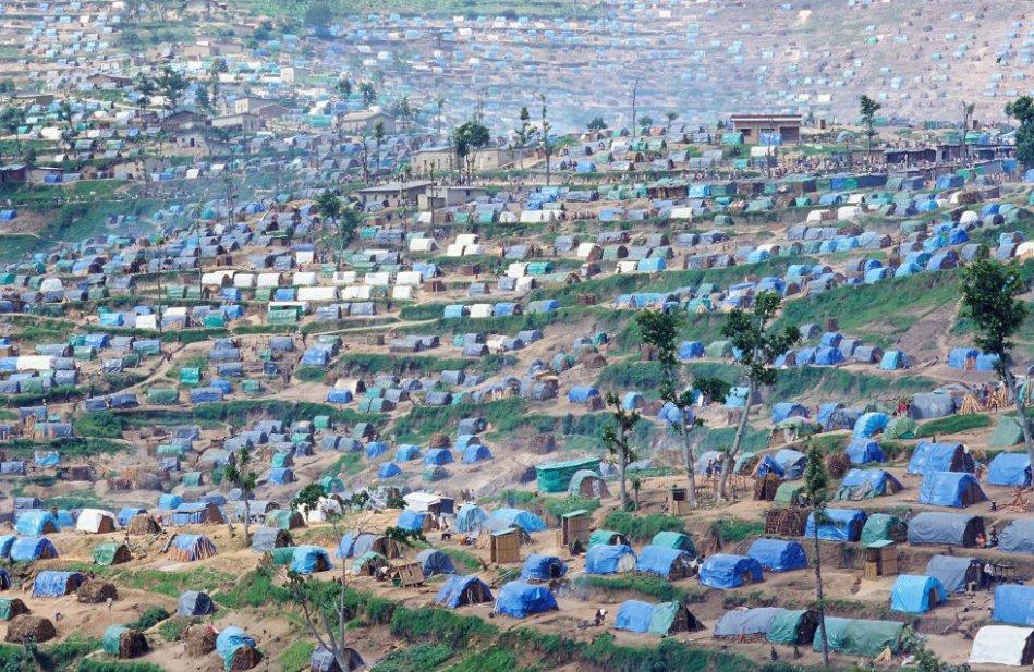 Desde octubre de 1994 quedó claro que la voluntad del Gobierno de Ruanda era cerrar los campos de desplazados, pues representaban una amenaza de desestabilización. En enero de 1995, los únicos campamentos que quedaban eran aquellos al sur de la ciudad de Gikongoro. En abril de 1995, el Gobierno decidió el cierre precipitado de los últimos campamentos de desplazados. Los de Kibeho (110.000 acogidos en abril de 1995), Kamana (25.000), Ndago (40.000) y Munini (25.000) fueron rodeados por el ejército durante la noche del 18 al 19 de abril. En Kibeho hubo pánico y se produjo masacre el día 22 de abril.
