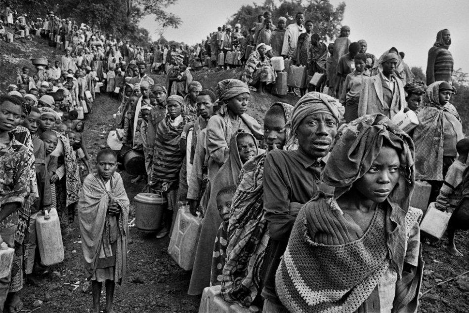 Refugiados ruandeses esperan en filas para la distribución de agua en 1994, cerca del campamento de Kibumba. Goma, Zaire.