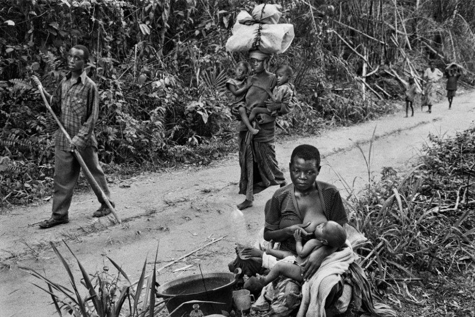 Los refugiados ruandeses llegan agotados cerca de la aldea de Kisesa. Región de Kisangani, en el antiguo Zaire, en 1997.