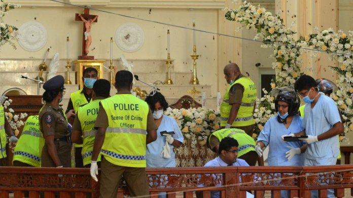 Agentes de policía y funcionarios forenses inspeccionan el interior de la Iglesia de San Sebastián en Negombo, este lunes.