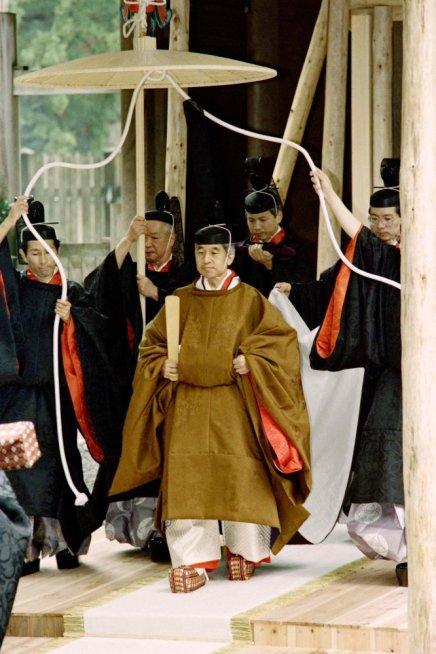 """Akihito ascendió al Trono del Crisantemo tras la muerte de su padre, el emperador Hirohito. Su era se llamó Heisei, que significa """"logro de la paz"""". En la fotografía, tomada en noviembre de 1990, Akihito camina hacia un carruaje durante la ceremonia de entronización."""