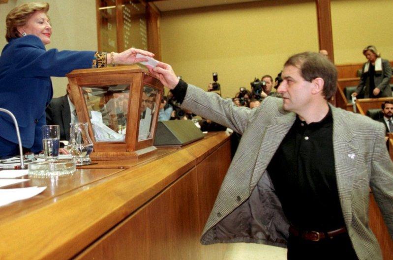 El etarra Josu Ternera, preso en la cárcel de Alcalá Meco que se ha acreditado como parlamentario vasco por Euskal Herritarrok, vota durante la sesión de apertura del Parlamento vasco el 25 de noviembre de 1998.