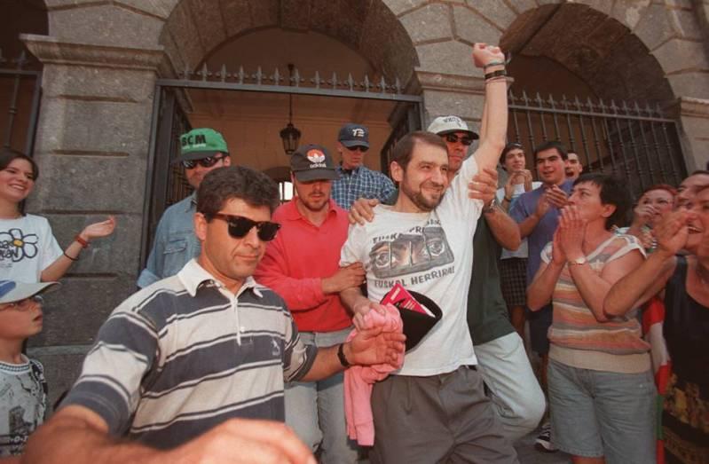 Josu Ternera, sale del Ayuntamiento de Miravalles (Vizcaya), tras tomar posesión de su cargo como concejal en 1999.
