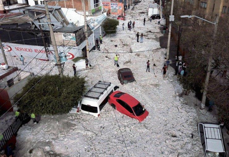 Vista de los daños causados por la tormenta de granizo en una calle de Guadalajara (México).